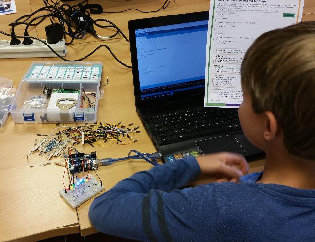 Deelnemer bezig met Arduino