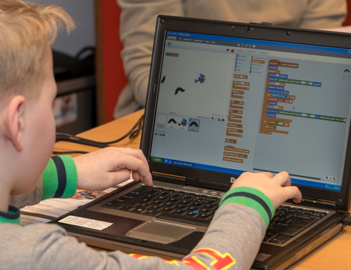Deelnemer werkt aan een eigen spel in Scratch.
