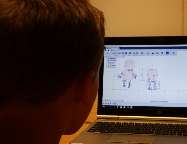 Een deelnemer die zijn eigen robot ontwerpt.